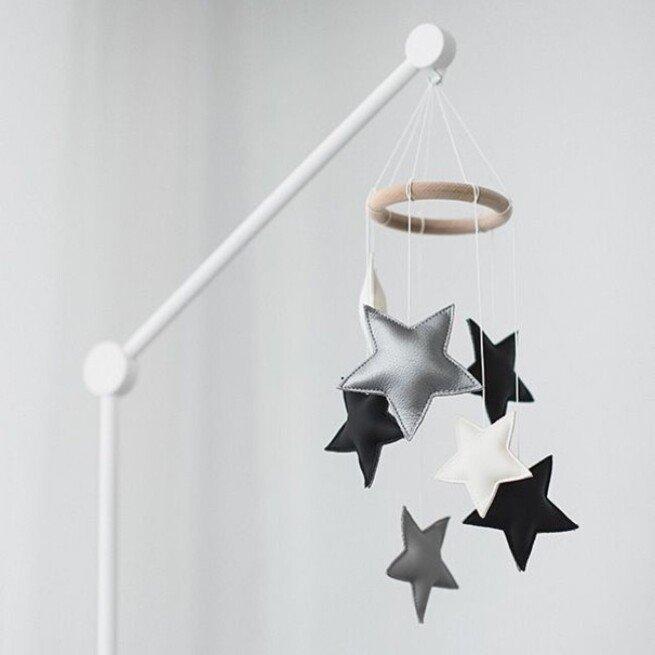 Juodai balta odinė smulkių žvaigždelių miego karuselė