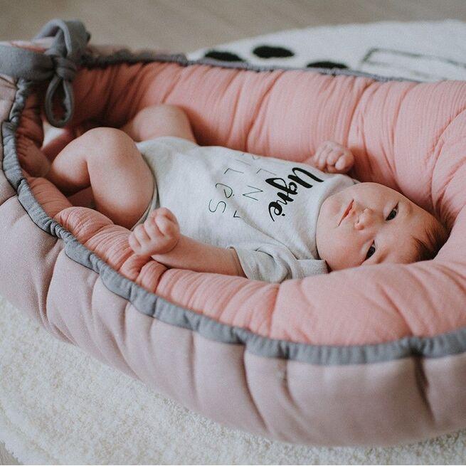Rausvas gultelis su muslinu