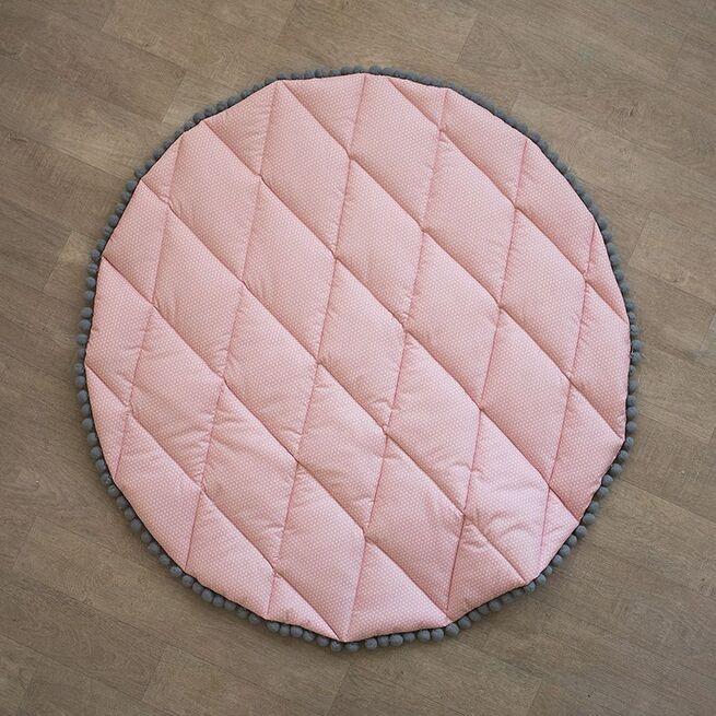 Rožinis kilimas su bumbuliukais