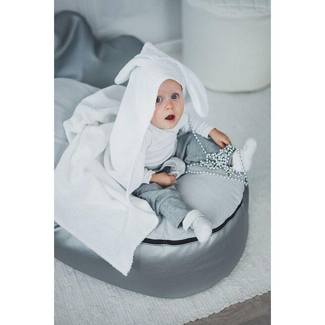 Pilkas rankšluostis su kiškučio ausytėmis